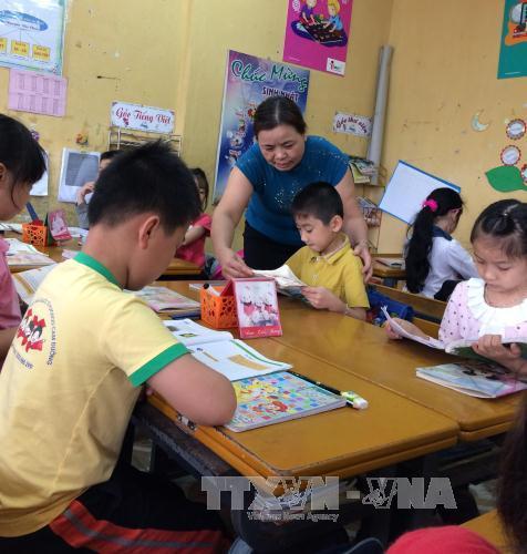 Cô Hương luôn truyền khát vọng, niềm say mê đến các em học sinh vùng cao. Ảnh: N.H