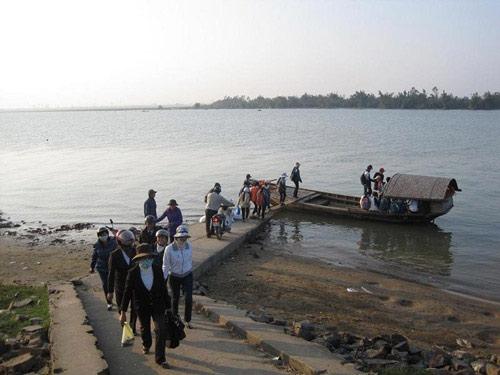 Bao quanh xã Xuân Giang là mênh mông sóng nước. Ảnh: S.N