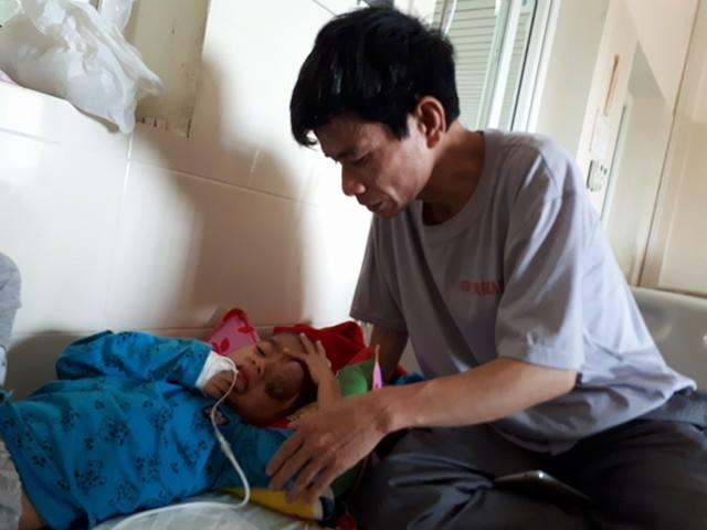 Anh Lập chỉ mong con được phẫu thuật sớm để sức khỏe trở lại bình thường như bao đứa trẻ khác. Ảnh: P.T