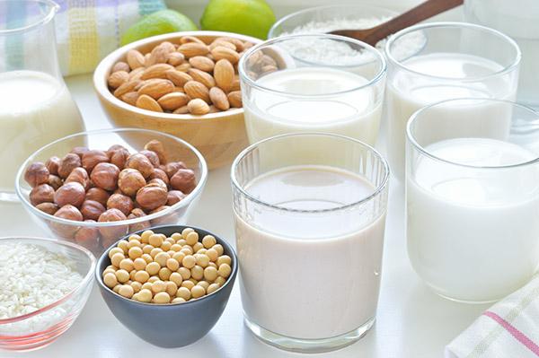 Sữa tự làm bởi các loại hạt là tốt nhưng không đủ chất dinh dưỡng cần thiết. Ảnh: T.L