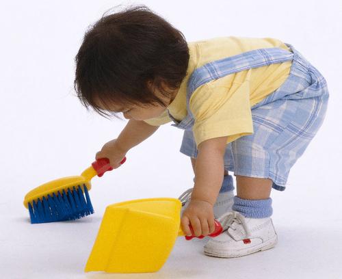 Cha mẹ và con cái cùng chia sẻ việc nhà, những phần thưởng phù hợp cho con sẽ tạo nên giá trị tích cực để con phát triển tốt. Ảnh minh họa