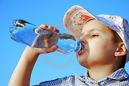 Để phòng bệnh cho trẻ khi nắng nóng, cha mẹ cần tham khảo dự báo thời tiết để lập kế hoạch cho các hoạt động ngoài trời của trẻ. ảnh minh họa