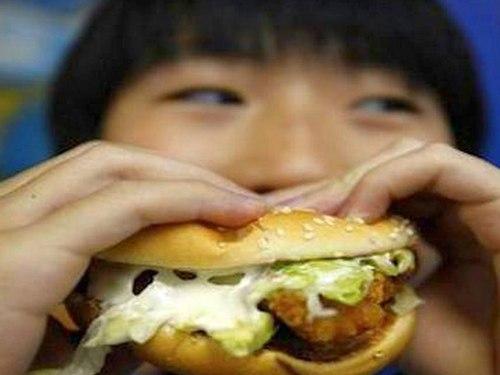 Các chuyên gia khuyến cáo, nên cho trẻ ăn uống, sinh hoạt hợp lý để tránh mắc bệnh đái tháo đường. Ảnh minh họa