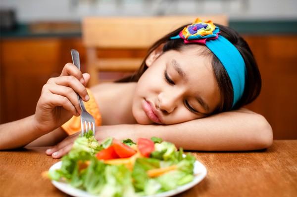 Có thể kích thích trẻ ăn bằng những món con thích, chế biến thức ăn lỏng để trẻ dễ nuốt. Ảnh minh họa