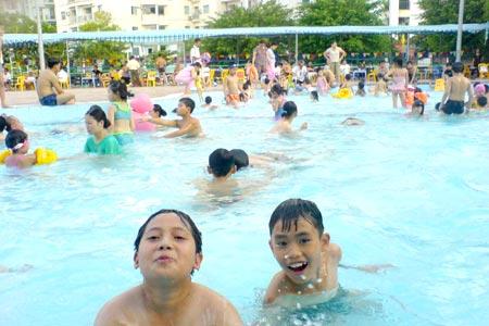 Các chuyên gia khuyến cáo, người bị bệnh liên quan đến tai-mũi-họng không nên đi bơi. Ảnh: N.Ma