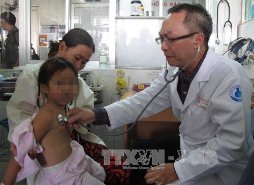 Bác sĩ Khoa Tai Mũi Họng (Bệnh viện Nhi Đồng 1) thăm khám cho bệnh nhi được cứu thành công do hóc dị vật. Ảnh: Phương Vy