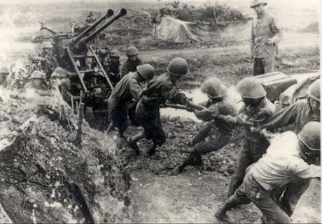 Bộ đội ta kéo pháo vào chiến dịch Điện Biên Phủ. Ảnh: Bảo tàng Lịch sử quốc gia.