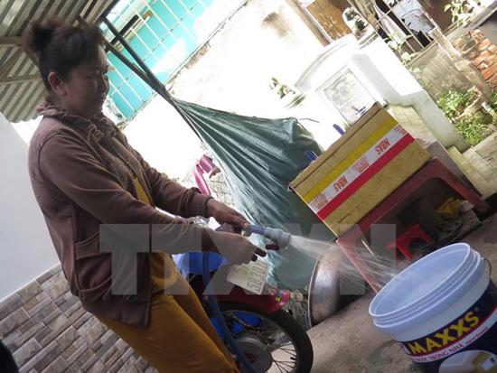 Người dân quận Bình Tân sử dụng nước sạch sinh hoạt. Ảnh: TTXVN