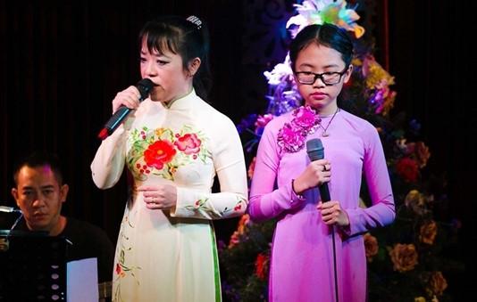 Phương Mỹ Chi và cô Út khi còn đứng chung sân khấu. Ảnh: TL
