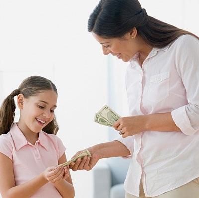 Cha mẹ không nên dùng tiền để thưởng cho con. Ảnh minh họa