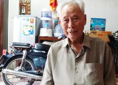 Cụ Trần Cang với chiếc xe máy cũ sử dụng khi đi làm từ thiện. Ảnh: Việt Tường