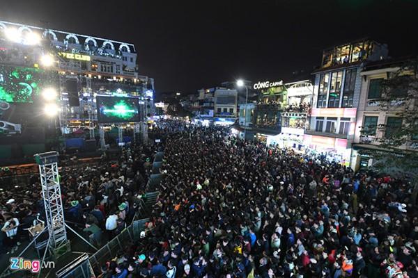 Hàng nghìn người tập trung ở quảng trường Đông Kinh Nghĩa Thục chờ chương trình Countdown đón năm mới ở Hà Nội. Ảnh Zing.vn