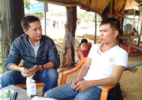 Anh Lê Đình Tùng (áo trắng) - một trong những người tích cực cùng người thân đưa nạn nhân vụ tai nạn ở Đắk Hà, Kon Tum đi cấp cứu. Ảnh: Báo Kon Tum