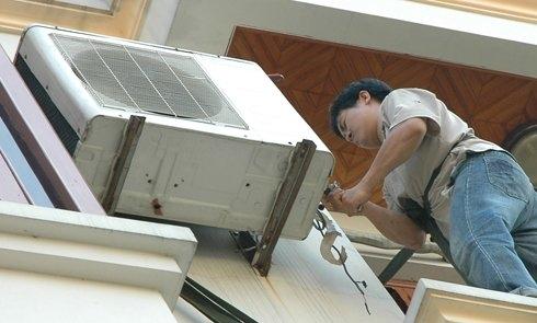 Thợ điều hòa thường xuyên phải trèo lên cao, làm việc dưới cái nắng thiêu đốt