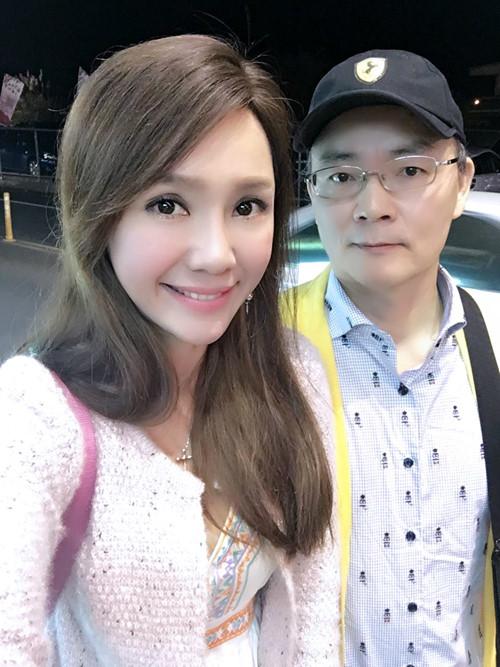 Đáp lại lời tố cáo của vợ, ông Đới Phát Khuê - chồng Helen Thanh Đào đã chia sẻ không hề có chuyện bạo hành hay cấm đoán.