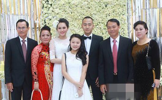 Đại gia Đỗ Văn Bình (đứng thứ 2 từ bên phải sang) trong đám cưới con trai Đỗ Bình Dương và siêu mẫu Ngọc Thạch.