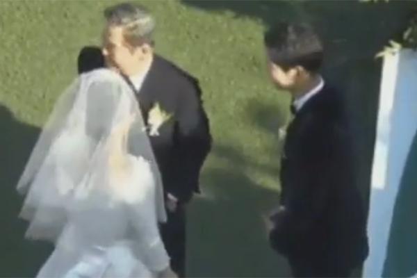 Song Joong Ki lễ phép trước mặt người thân của Song Hye Kyo.