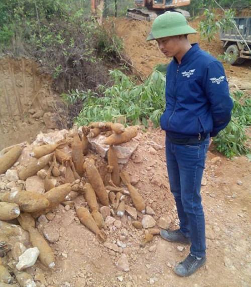 Khoảng 60 quả đạn pháo được tìm thấy khi thi công công trình. Ảnh: N.Phương