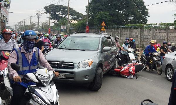 Tài xế ôtô bị đánh nhừ tử vì dám xem thường mạng sống người đi đường