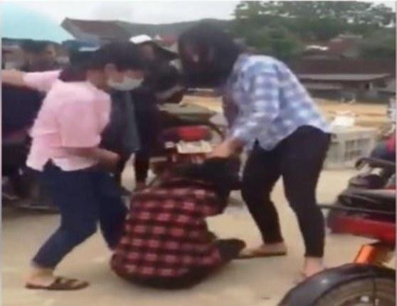 Hai nữ sinh đánh hội đồng một bạn nữ khác. Ảnh cắt từ clip.
