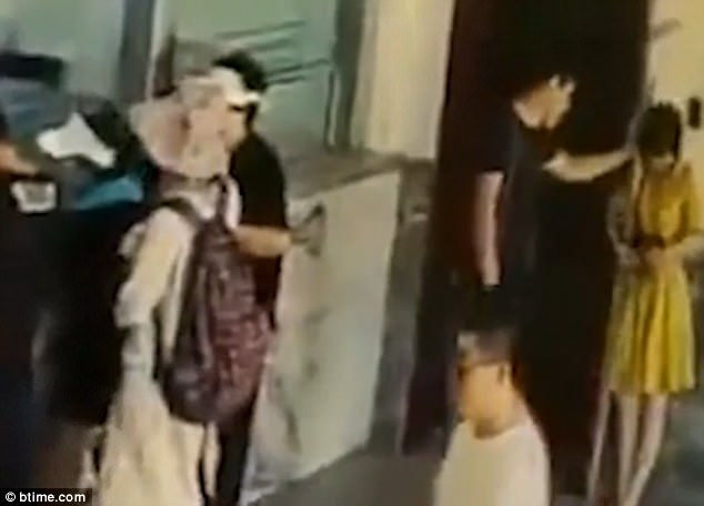 Người đàn ông ra tay đánh một người cô gái trẻ.