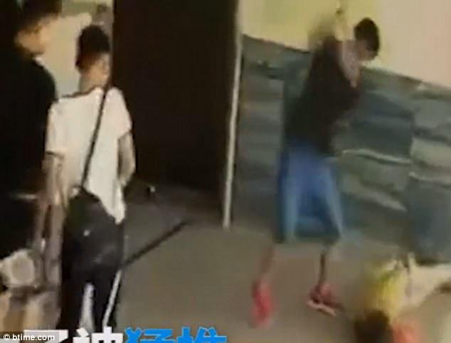 Nhiều người chứng kiến đã vô tâm cho người đàn ông thoải mái bạo hành phụ nữ mà không can ngắn.