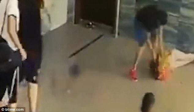 Không chỉ dùng túi đánh, người đàn ông còn nâng cả người cô lên rồi đập xuống sàn nhà.