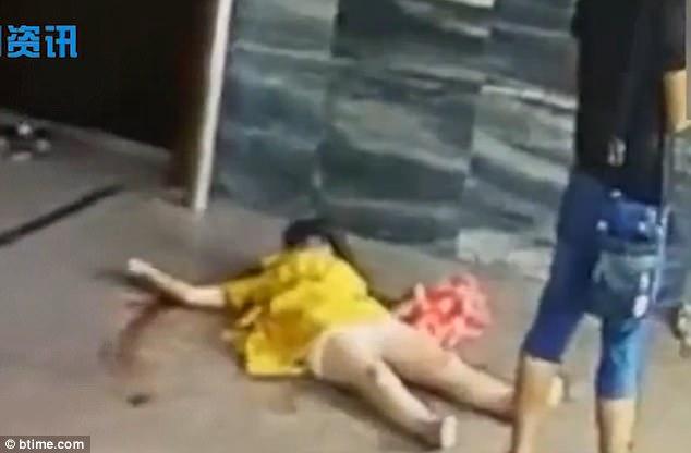 Cô gái bị bất tỉnh và người đàn ông đã bỏ đi.