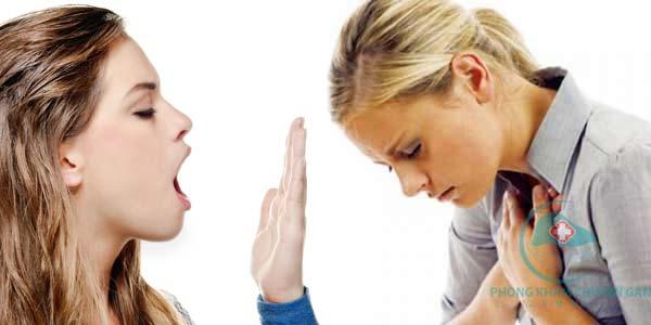 Hơi thở có mùi là một trong những dấu hiệu cho thấy chức năng gan bị suy yếu. Ảnh minh họa