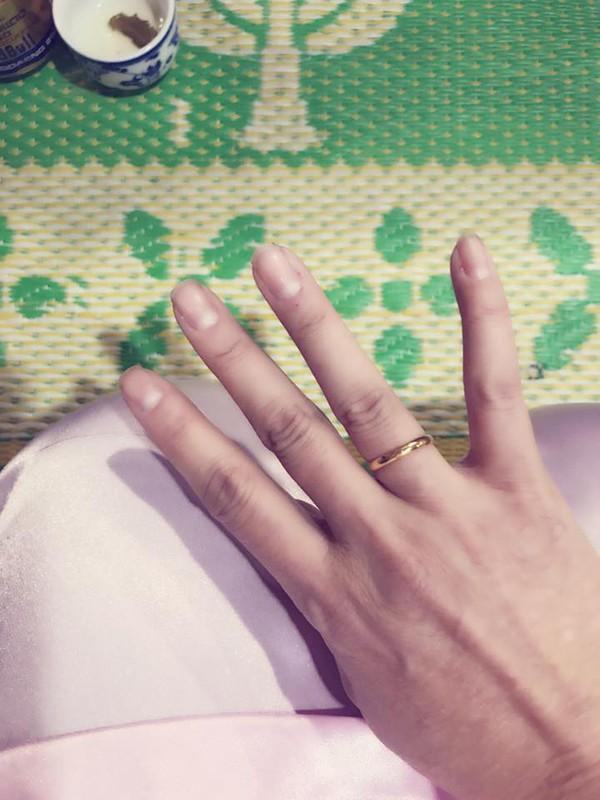 Cô khoe cả nhẫn cưới.