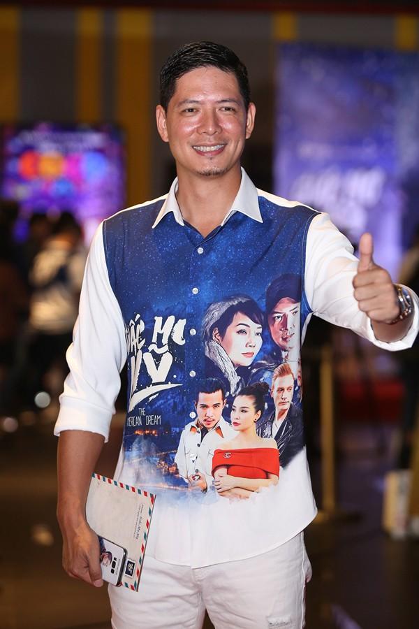 """Nếu ở TP.HCM dàn diễn viên chính của """"Giấc mơ Mỹ"""" diện trang phục áo dài truyền thống được in hình hoạ tiết các địa danh nổi tiếng trên đất Mỹ với tông trắng chủ đạo thì tại đêm công chiếu tại Hà Nội."""