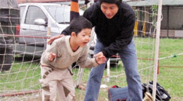Thay vì để con ở nhà chơi, diễn viên Quốc Tuấn thường đưa con ra ngoài giao tiếp với mọi người.