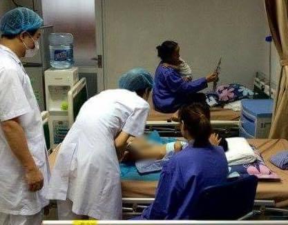 Điều trị cho một trường hợp bị sùi mào gà sau cắt bao quy đầu ở BV Da liễu Trung ương.