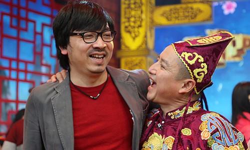 Giáo sư Xoay (trái) là người viết kịch bản Táo quân