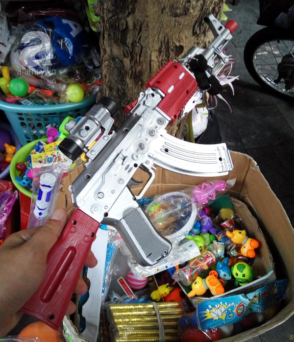 Các loại đồ chơi vũ khí hạn chế cho trẻ chơi, sẽ khiến trẻ có xu hướng bạo lực, dễ cáu gắt, bạo lực với mọi người. Ảnh: T.G