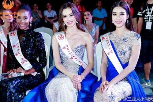 Đại diện Việt Nam (phải) bên các thí sinh Hoa hậu Thế giới 2017