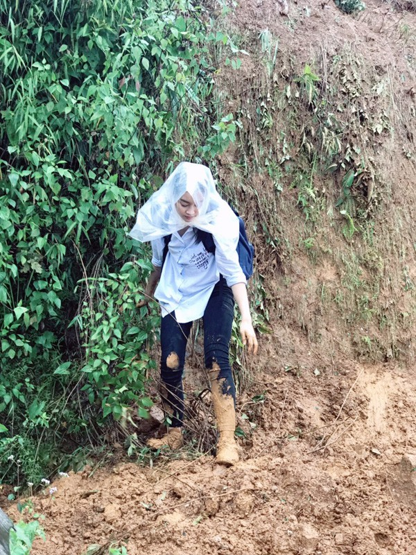 Hình ảnh Hoa hậu Việt Nam lội bùn vượt lở đất và lũ lụt đem ánh sáng đến thôn Cù Vai, Trạm Tấu, Yên Bái.