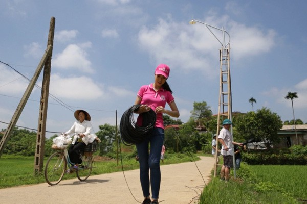 Khi thi Hoa hậu Việt Nam 2016, Mỹ Linh cũng lên Yên Bái với dự án Điện sáng đường quê và thiết chế nhà văn hóa.