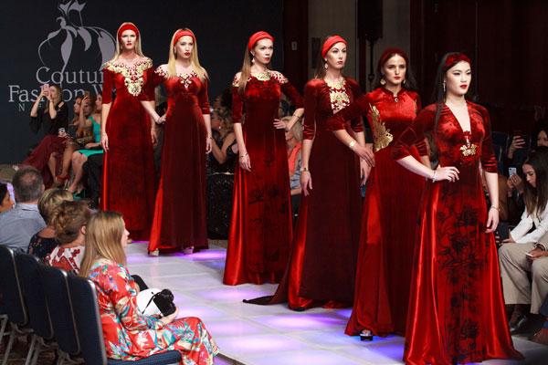 Đêm khai mạc NewYork Couture Fashion Week NTK Đỗ Trịnh Hoài Nam đã có màn chào sân ấn tượng cùng 30 thiết kế áo dài dát vàng nằm trong bst Sen Vàng. Ảnh: BTC Vẻ đẹp Việt Nam