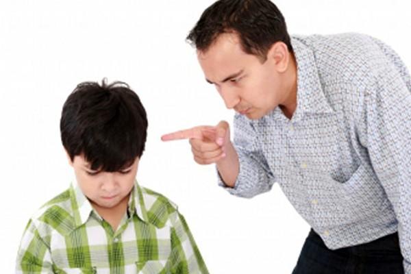 Cha mẹ Việt sai lầm khi dạy con theo kiểu làm cho trẻ sợ.     Ảnh minh họa