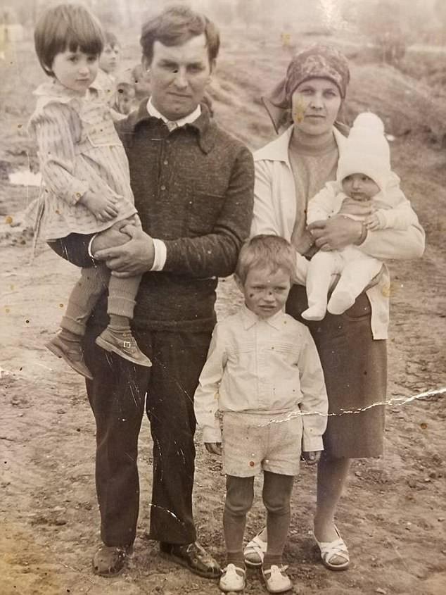 Hình ảnh gia đình ông bà Lashtur cùng con gái bị trao nhầm Tatyana.