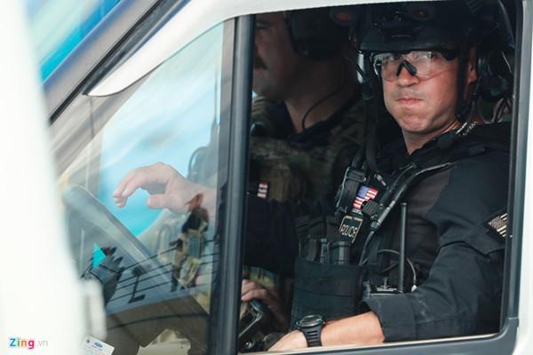 Cận cảnh đội mật vụ có vẻ ngoài cao lớn, điển trai khiến phái nữ Việt phát sốt suốt 3 ngày ông Trump có mặt tại Việt Nam.