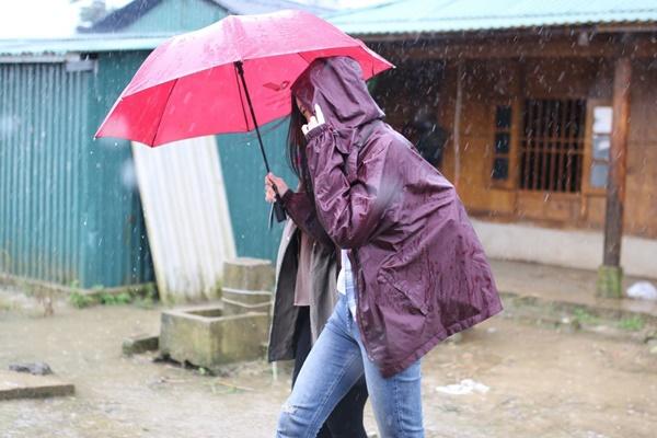 Trong mưa gió, Hoa hậu vẫn tiếp tục hành trình