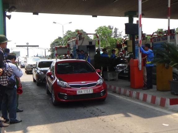 Nhiều xe ô tô của người dân di chuyển chậm từ thị trấn Xuân An (huyện Nghi Xuân, Hà Tĩnh) qua trạm Bến Thủy I để phản đối. Ảnh: V.Đồng