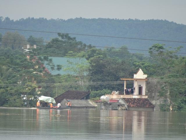 Nước sông Bưởi dâng cao nhấn chìm rất nhiều nhà dân dọc 2 bờ sông