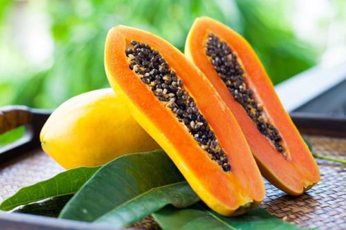 Hạt đu đủ có công dụng chữa bệnh, nhưng nếu ăn cần gạt bỏ hết hạt. Anh rminh họa