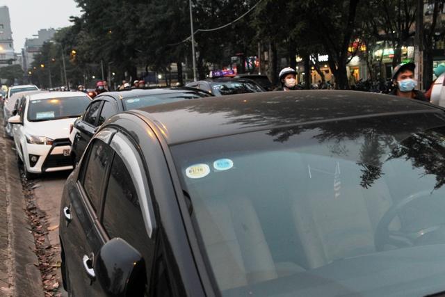 Bãi trông giữ xe ô tô trên phố Đặng Văn Ngữ luôn trong tình trạng chật cứng.