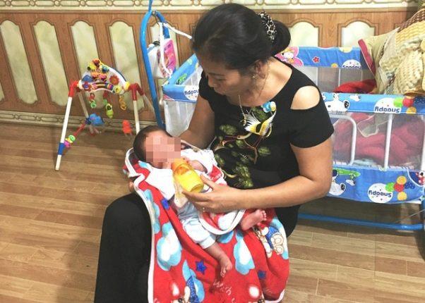 Bé trai đang được gia đình bà Minh chăm sóc. ẢNH: P. Thảo