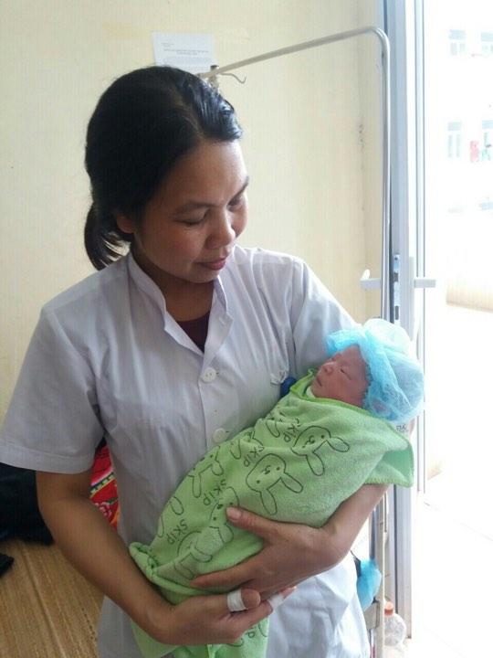 Em bé hiện đang đươc chăm sóc tại BVĐK huyện Mộc Châu