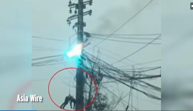 Thợ điện bị treo lơ lửng khi cột điện bốc cháy